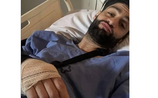 Munhoz posa no hospital e tranquiliza fãs após passar por cirurgia