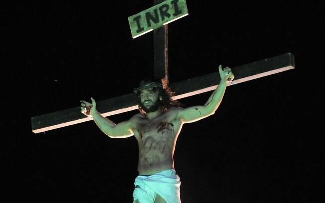 Kayky Brito crucificado na pele de Jesus Cristo