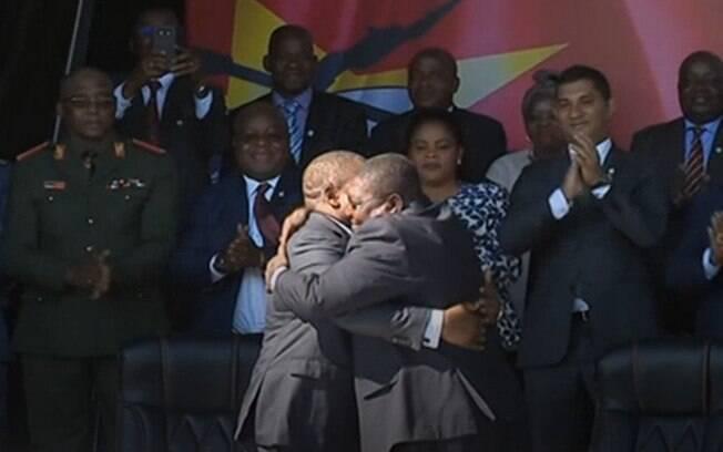 O presidente de Moçambique, Filipe Nyusi, e o líder da opositora Renamo, Ossufo Momade, se abraçam após a assinatura do novo acordo de paz nas montanhas Gorongosa