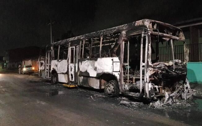 Criminosos estão queimando veículos e estabelecimentos comerciais no Ceará, por ordens vindas de dentro dos presídios
