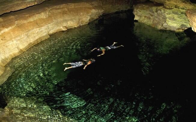 Turistas podem dar um mergulho no Poço Azul, no interior de uma caverna