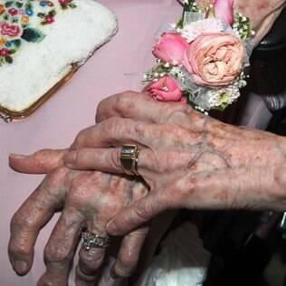 Detalhe das alianças de Vivian Boyack, de 91 anos, e Alice Dubes, de 90 anos, que se casaram em Iowa, nos Estados Unidos, após 72 anos juntas