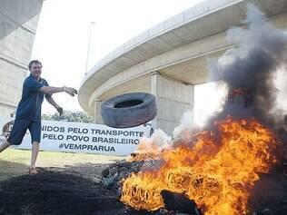 Continua. Várias rodovias do país continuaram bloqueadas ontem