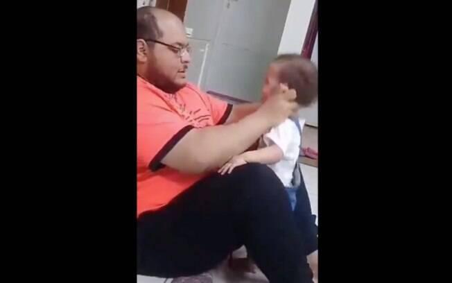 Pai dava tapas nas orelhas e nas costas da filha