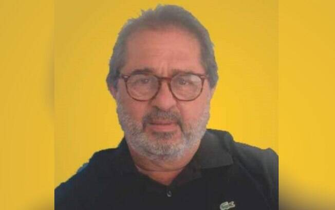 homem de óculos e blusa preta