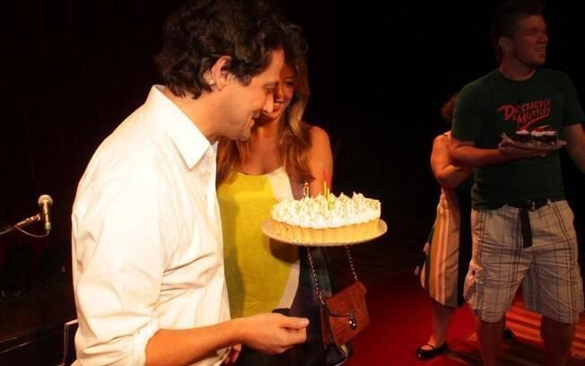 Marcelo Serrado ganha bolo surpresa da noiva