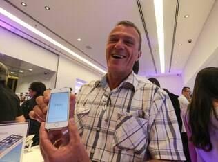 Cliente exibe novo iPhone 5S em loja no shopping Morumbi, na zona sul de São Paulo