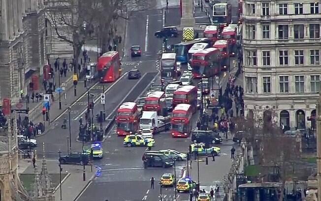 Após os tiros, toda a região do parlamento britânico foi isolada pelos policiais, o que causou um caos no trânsito