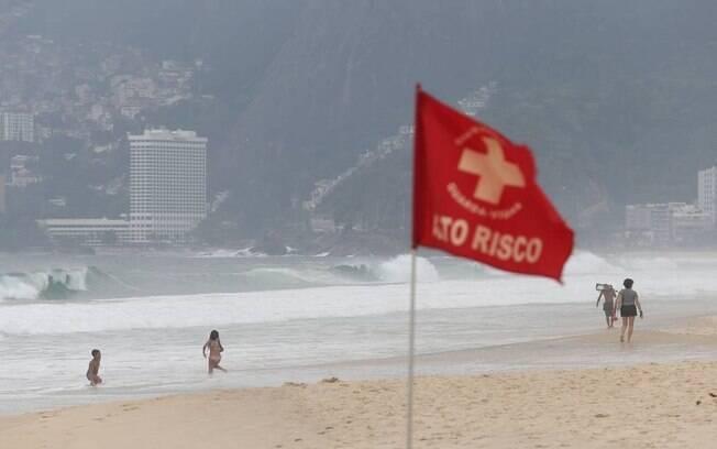 Bombeiros encontraram um corpo na Praia do Arpoador, na Zona Sul do Rio.