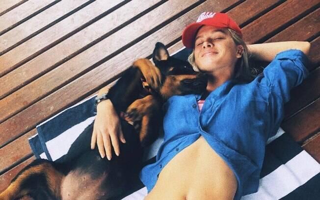 Fiorella Mattheis aparece de biquíni em clique ao lado de sua cachorra
