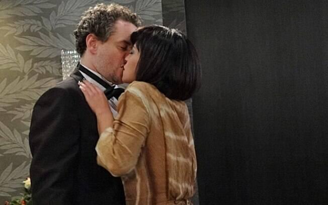 Marcela agarrou Paulo no banheiro durante a festa de renovação dos votos de Tereza Cristina e René Velmont