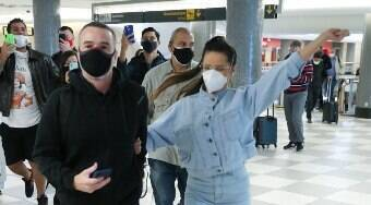 Juliette desembarca em São Paulo e é ovacionada por fãs