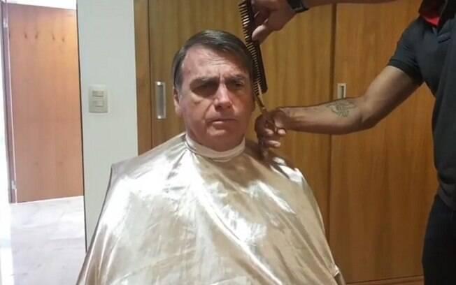 Bolsonaro cortou o cabelo nesta segunda-feira (29) e fez uma transmissão ao vivo nas redes sociais