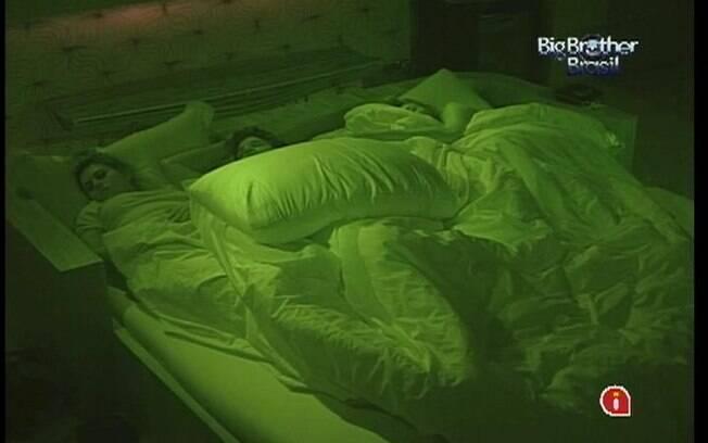Líder João Maurício divide cama de casal com Mayara e Fabiana