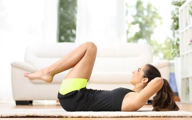 Se não tiver um colchonete, um tapete é o suficiente para proteger as costas durante o exercício