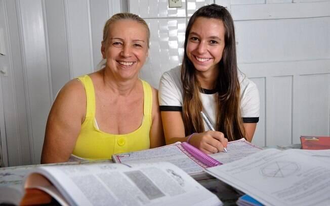 """A empregada doméstica Ineide Martins Rios, 52, acompanha a vida escolar de Juliane, 15: """"Tenho orgulho da minha filha. Procuro fazer elogios porque ela merece"""