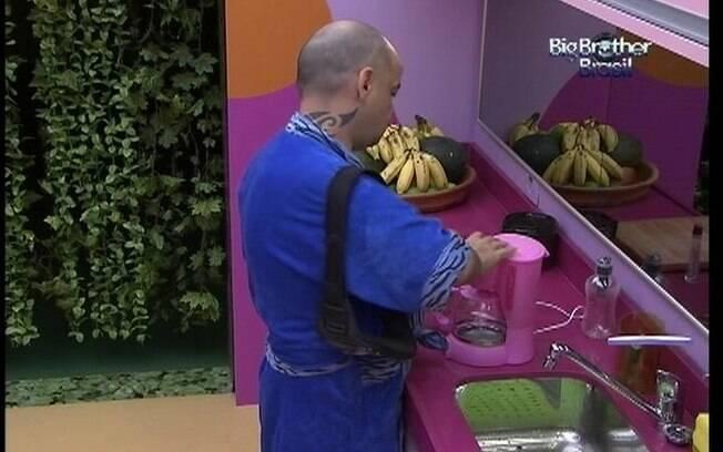 Enquanto todos dormem, João Carvalho prepara um café