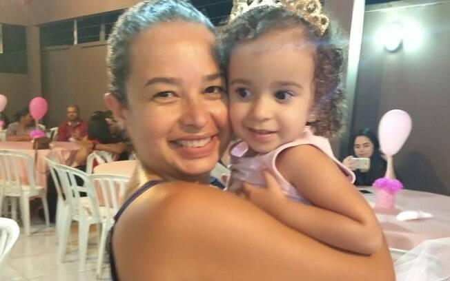 Rebeca, hoje com três anos, e a mãe Elida