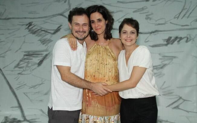Drica Moraes com Mariana Lima com o diretor da peça Enrique Díaz