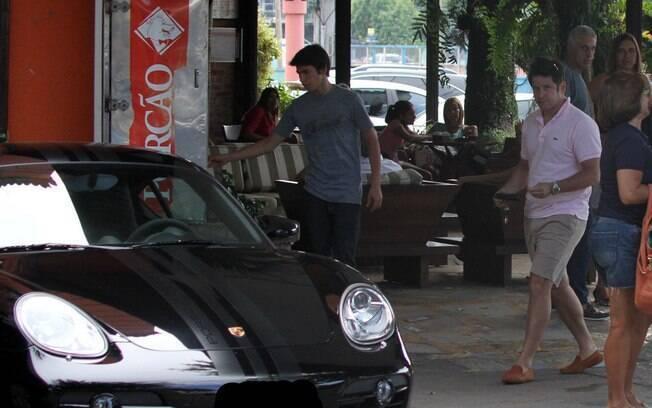 Murilo Benício almoçou na tarde deste domingo (11) com o filho Antônio, no Porcão