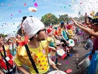 Um dos blocos mais conhecidos do Rio leva ao Trevo Seis Pistas sua mistura bem-sucedida de Beatles e Carnaval