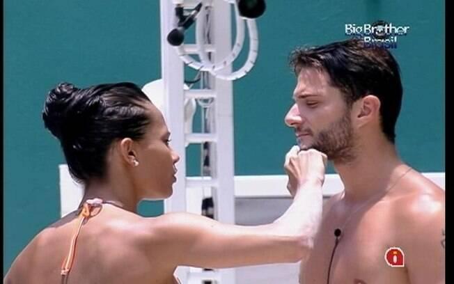 Kelly ajuda Ronaldo a descolorir os pelos