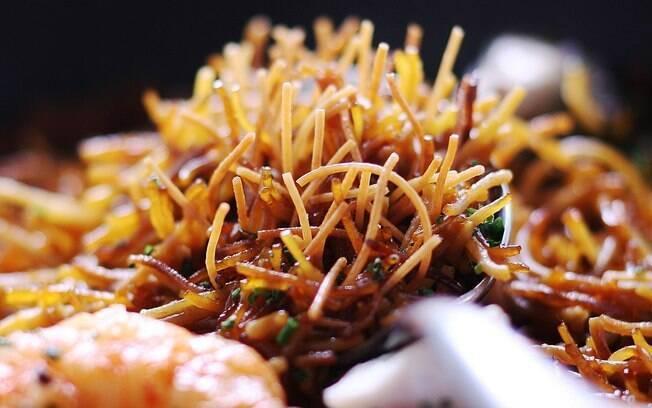 foto do prato Fideuà de peixe e camarão.