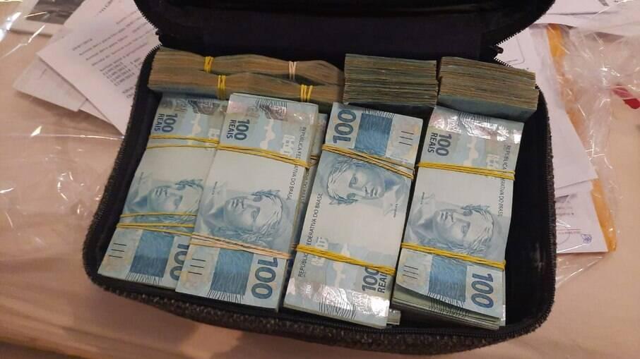 Em Carlópolis/PR, foram apreendidos R$ 440 mil em espécie. Em Curitiba/PR, outros R$ 140 mil também foram apreendidos durante a operação.