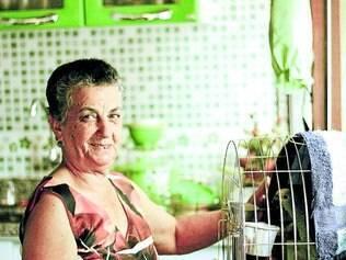 Exemplo.   Aos 78 anos de idade, Dona Cici é se dedica a cuidar dos filhos, netos, bisneta e amigos com muito amor e carinho