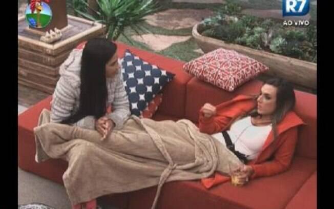 Nicole Bahls e Shayene Cesário conversam na varanda