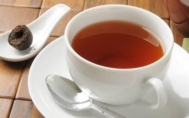 O chá de pu-erh acelera o metabolismo e tem propriedades desintoxicantes, proporcionando benefícios para o corpo