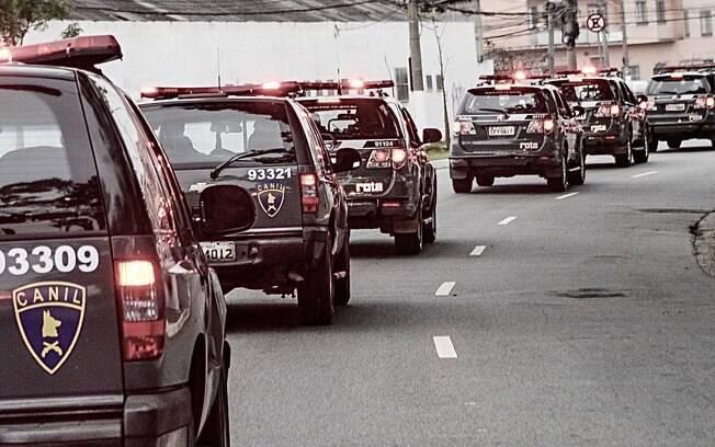 Viaturas do Canil da PM e de ROTA a caminho de operação em São Paulo
