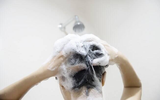 Lave os cabelos de 2 em 2 dias ou todo dia dependendo da temperatura em casa