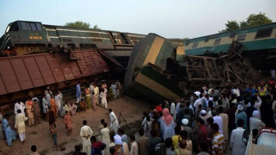 Acidente entre dois trens resultou na morte de mais de 30 passageiros
