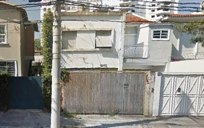 Fachada da casa cujo muro desabou, na Rua Bastos Pereira, no bairro de Moema