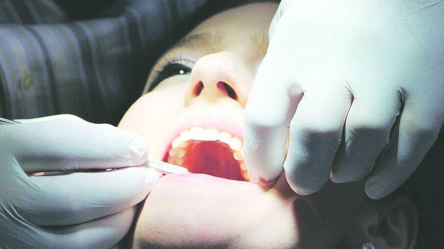 O câncer bucal está tipicamente associado ao uso de tabaco, consumo de álcool e idade avançada