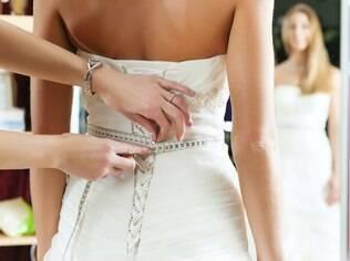 Escolher o vestido, os arranjos, o buffet: convidar os familiares a opinar pode diminuir os conflitos depois