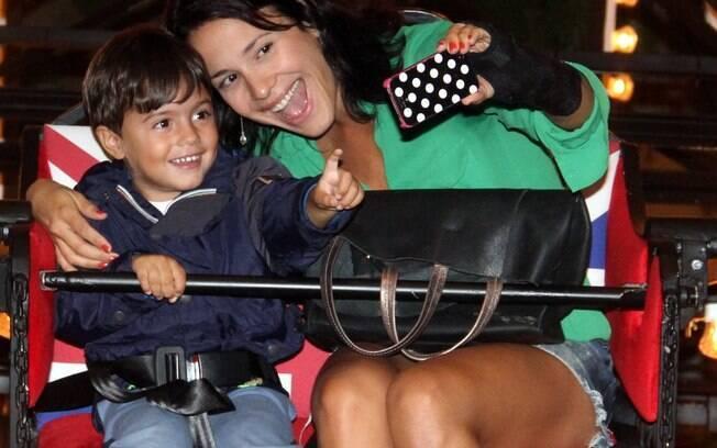Juliana Knust se diverte com o filho em roda-gigante