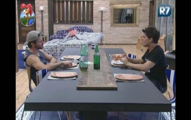 Thiago conversa com Marlon na cozinha sobre Gui