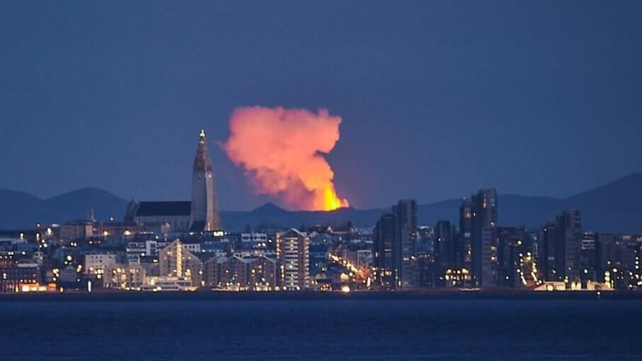 Vulcão em erupção forma gigantes gêiseres de lava na Islândia