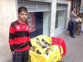 Com a camisa do Flamengo, Cristhian Arbelarez vende camisas da seleção da Colômbia no centro de Bogotá e é um dos fãs de Ronaldinho