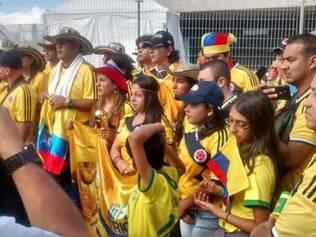 Torcedora está confiante na Colômbia e exibe uma taça do lado de fora do Mineirão