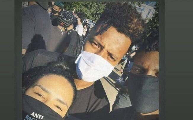 Tchê Tchê com máscara na cor branca