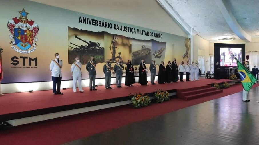 Tribunal militar dá medalhas a Pazuello e Salles