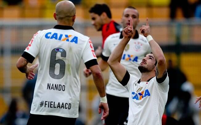 Pato marcou de pênalti o gol da vitória por 2  a 0 do Corinthians