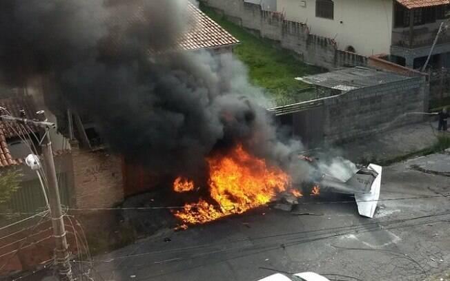 Avião de pequeno porte caiu em Belo Horizonte e pegou fogo; Corpo de Bombeiros está no local