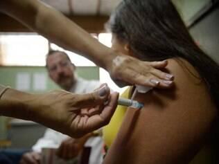 Meninas entre 11 e 13 anos podem procurar a rede pública de saúde para dar continuidade a vacinação.