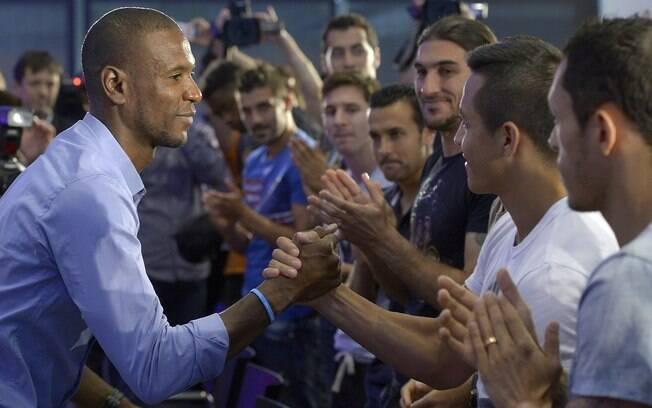 Abidal cumprimenta jogadores do Barcelona em  sua despedida
