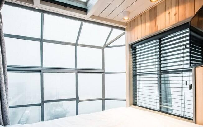 Além de ser ideal para até quatro pessoas, o exótico apartamento tem uma bela vista do rio IJ e do comércio local