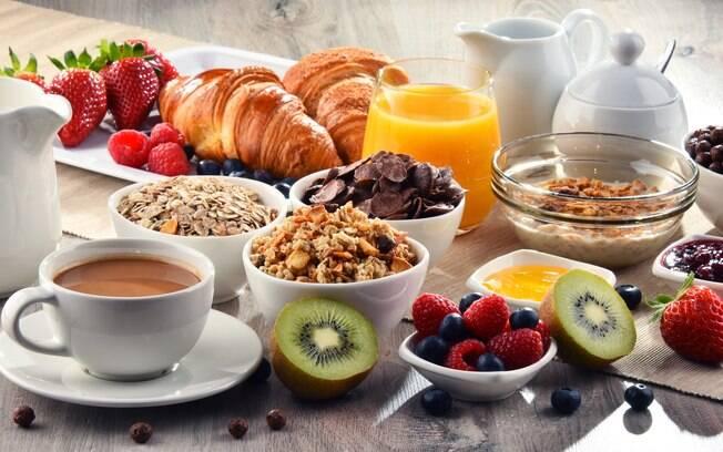 Um café da manhã saudável preza pela qualidade, mas a quantidade também deve ser vigiada de perto para emagrecer
